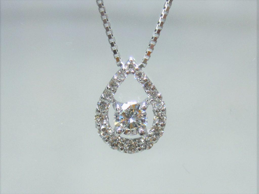中央のダイヤを引き立てるように周囲に小粒のダイヤがあしらわれています