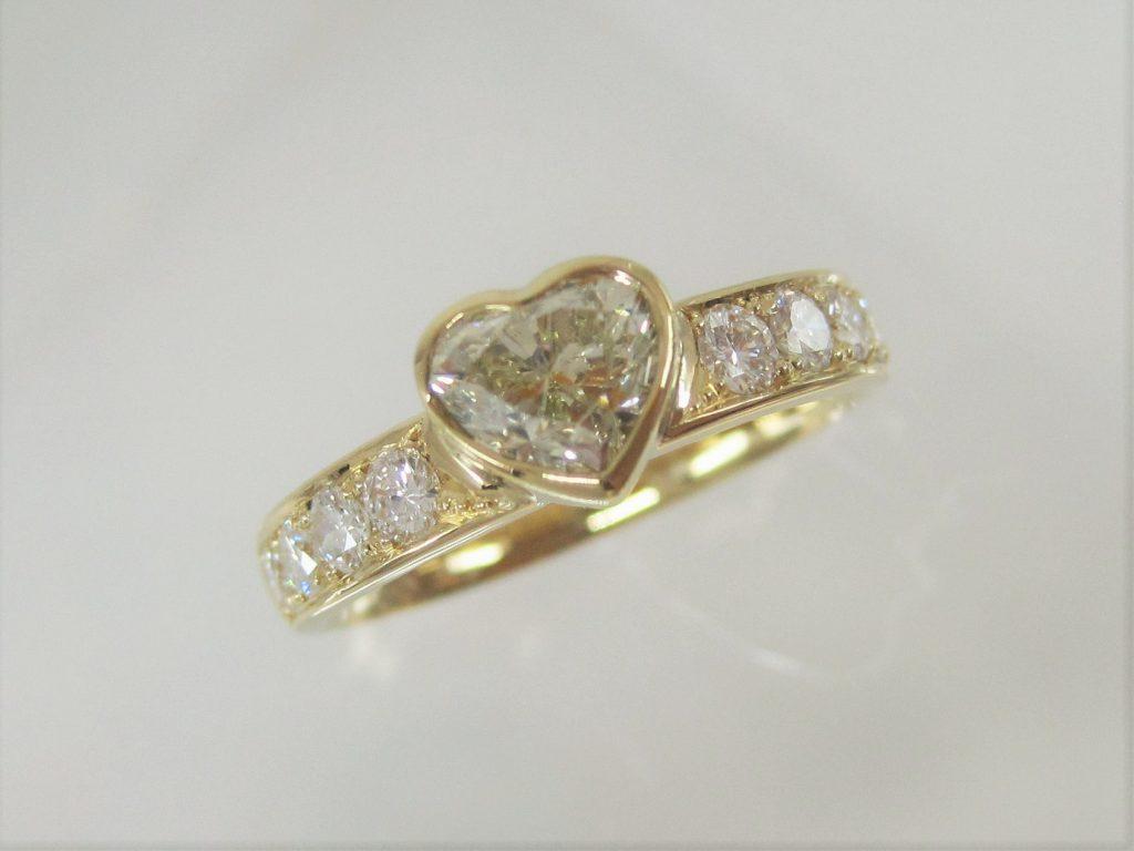 ハートシェイプのイエローダイヤをセンターストーンに、メレーダイヤを周囲にあしらった普段使いしやすい指輪に