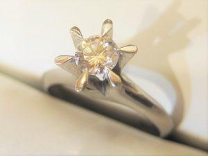 約0.3カラットの立爪ダイヤのリング