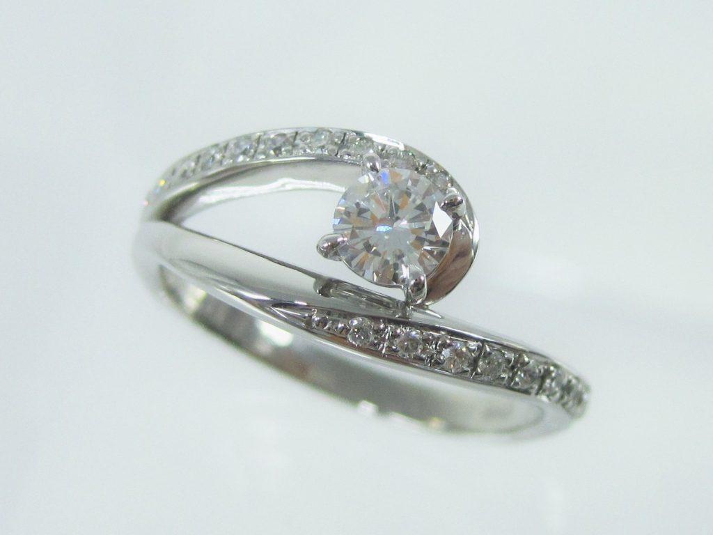 アシンメトリーなデザインとメレーダイヤが特長のデザインの指輪