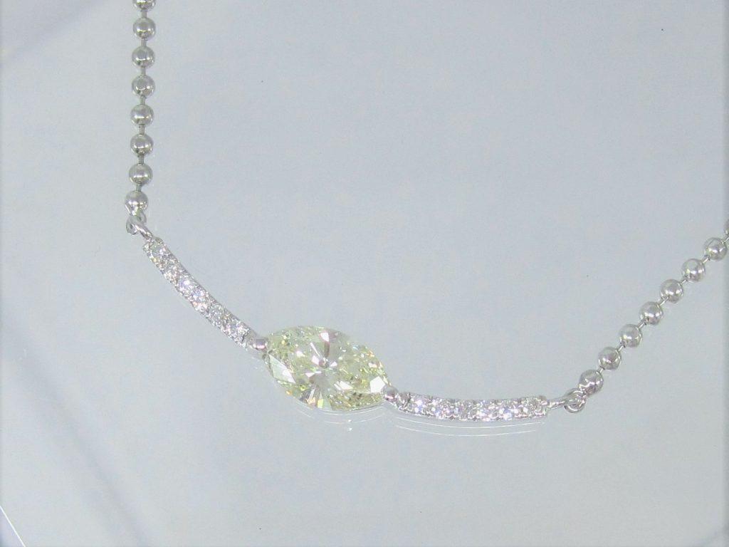 センターにマーキスカットのダイヤを使った個性的なデザイン。