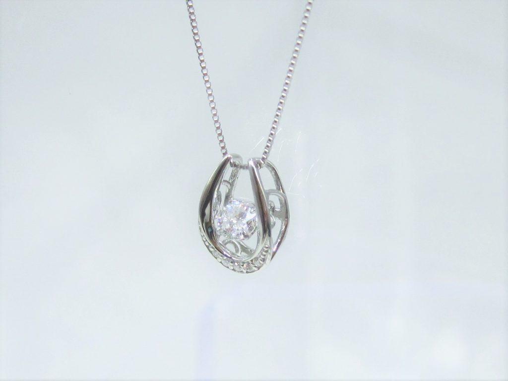 ダイヤモンドの留め具の触れ合う面積が少ないのがお分かりいただける角度から