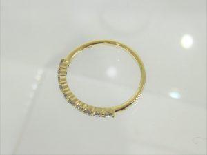 キズが付きやすいリング下の部分はダイヤは留めていません。