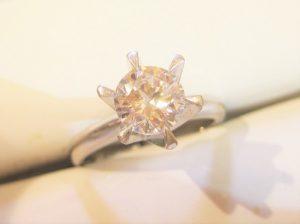 1カラットの立爪ダイヤのリングは圧巻のボリューム