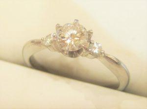 脇石が両サイドについたダイヤの指輪です。