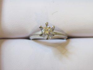 立て爪ダイヤの指輪はほとんど使われておらずきれいなままでした。