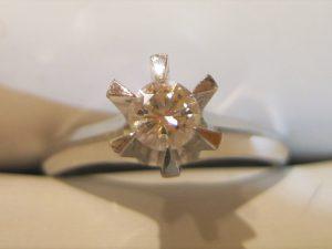 約0.3カラットのダイヤです。