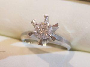 立て爪のダイヤの指輪
