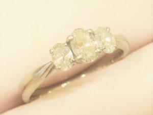 プラチナ製のダイヤリングです。