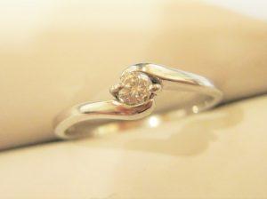 プラチナの約0.3カラットのダイヤです。