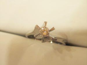 約0.2カラットの立爪ダイヤの指輪です。