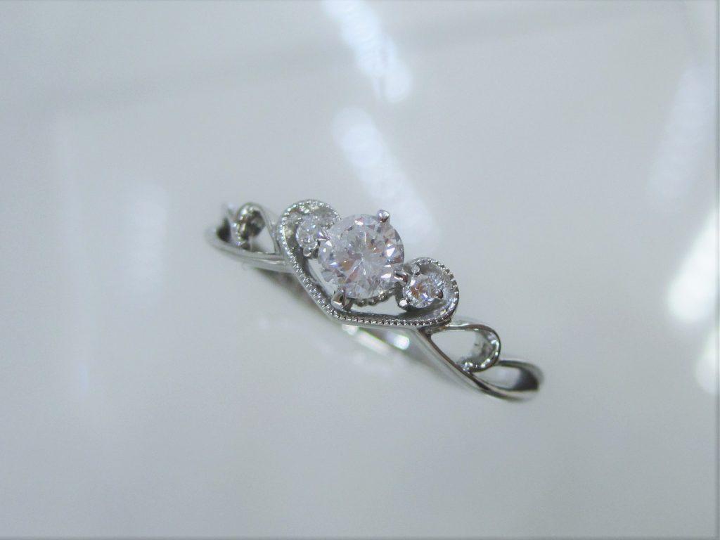 ティアラモチーフの可愛らしい指輪です。
