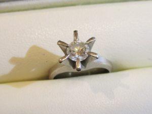 立派なたて爪のダイヤリング