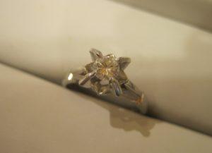 お母さまの想いがたっぷり詰まったダイヤリングです。