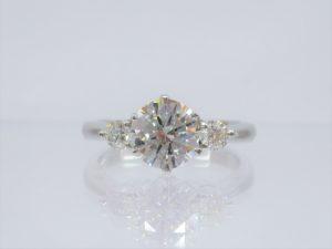 脇石も大きなダイヤを使っている贅沢なデザイン。