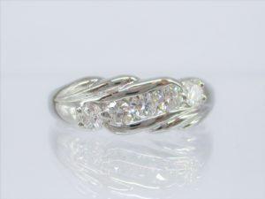 ダイヤの両脇の細工がボリューム感を演出します。