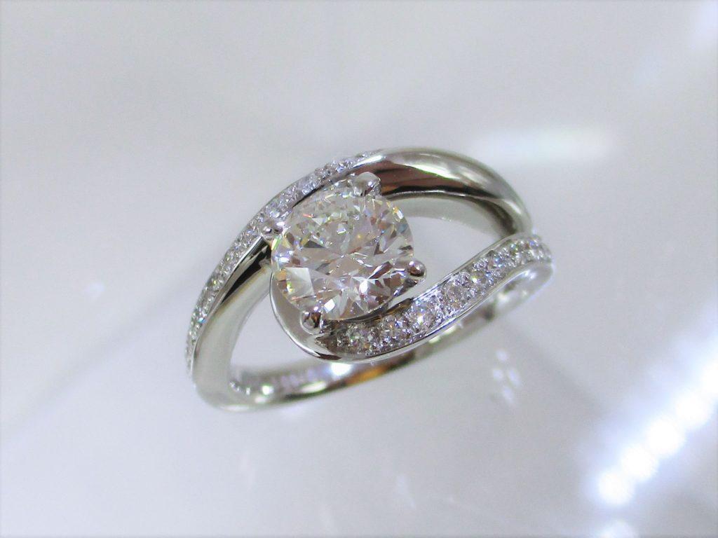 メレーダイヤたっぷりの贅沢なデザインです。