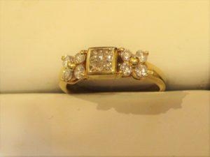 メレダイヤが8ピースとプリンセスカットのダイヤのリング