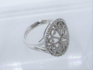 指輪のウデは程よい幅です。
