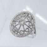 ダイヤで取り巻いたとても素敵なデザイン