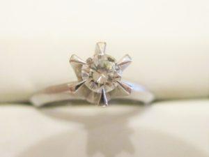 約0.5カラットのダイヤのたて爪リング